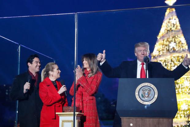 Дональд Трамп объявил, что готовит жителям Америки «гигантский подарок» наРождество