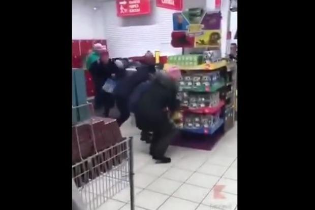 В российском супермаркете покупатели чуть не поубивали друг друга за дешевые чашки