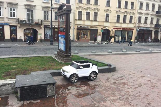 Во Львове пенсионера чуть не убила детская машинка