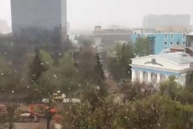 В канун 9 мая в Москве пошел «рождественский» снег