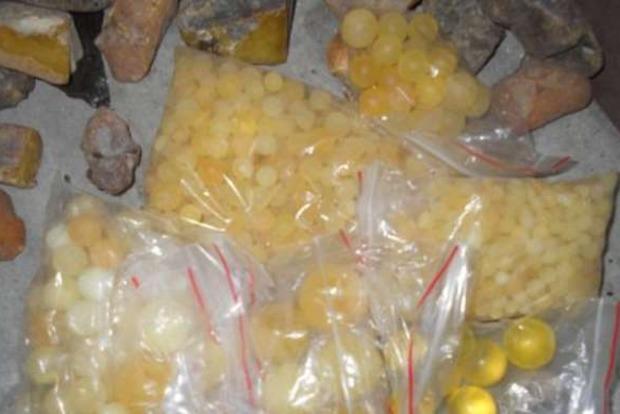 Украинцы пытались вывезти в Польшу почти 4 кг янтаря
