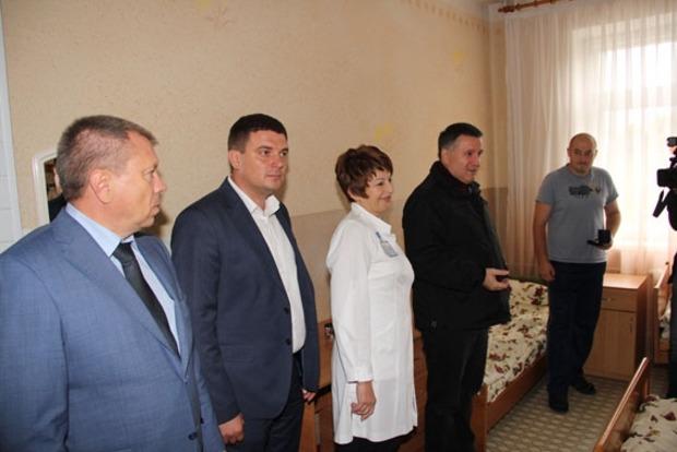 Аваков наградил 13 милиционеров, раненых под зданием Верховной Рады
