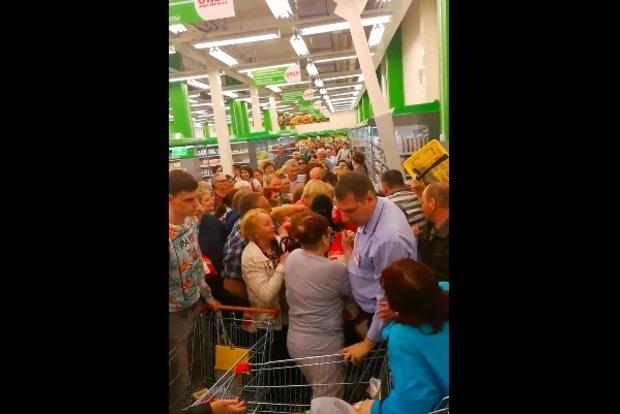 Несладкая жизнь: Сеть шокировала массовая давка за сахар в РФ