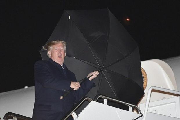 Как одноразовый: Трамп снова опозорился в ситуации с зонтом