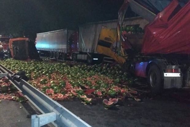 Кабіну відірвало і відкинуло на 20 метрів: фура з кавунами розбилася на Немирівському шосе