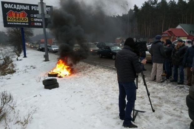 Водители авто с иностранной регистрацией перекрыли въезды в Киев и зажгли шины