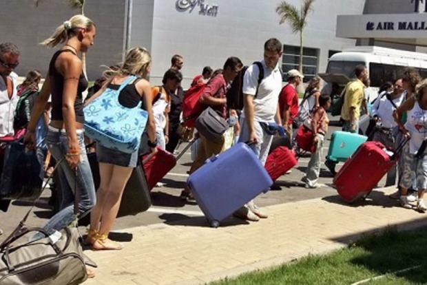 Сотни российских туристов выселяют из отелей Турции
