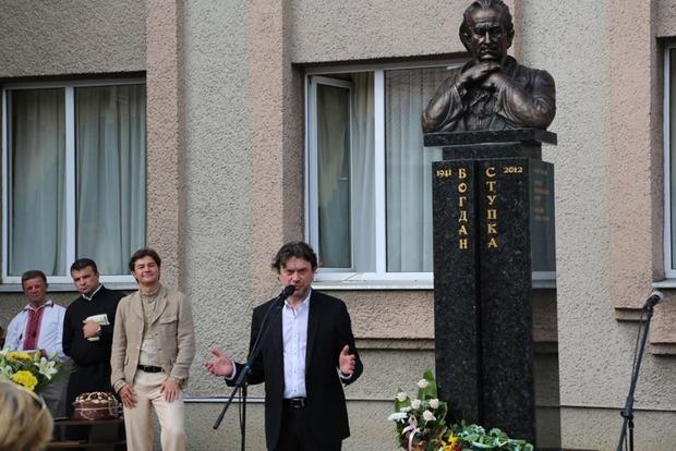 Во Львовской области открыли памятник Богдану Ступке