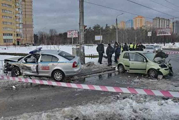 В Киеве Hyundai протаранил авто полиции, правоохранители в реанимации