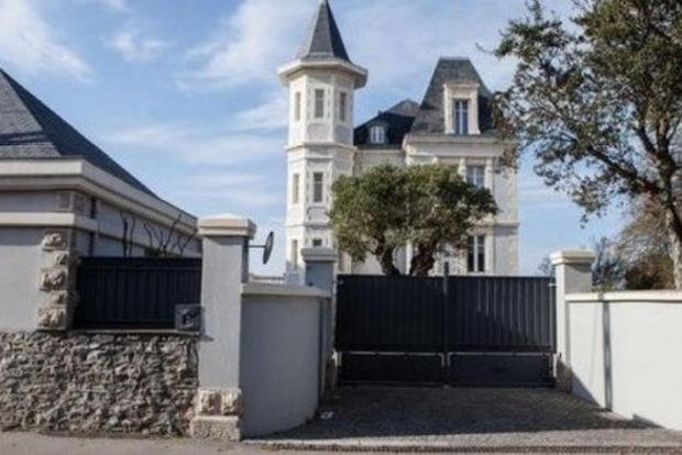 Активисты и местные жители устроили акцию позора возле замка дочери Путина во Франции