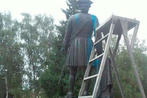 Вандалы облили краской полтавский памятник Петру I