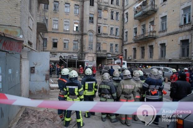В обрушившемся доме в Киеве разобрали уже половину завалов