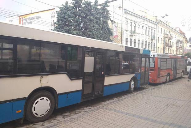 Черновецкие маршрутчики заблокировали центр города