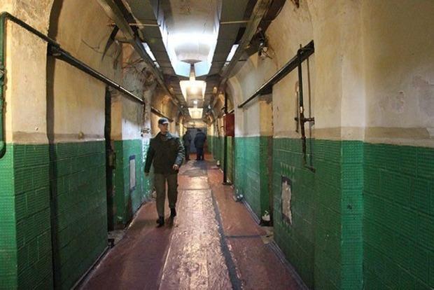 В Черновцах заключенные из-за коронавируса порезали вены в камерах СИЗО