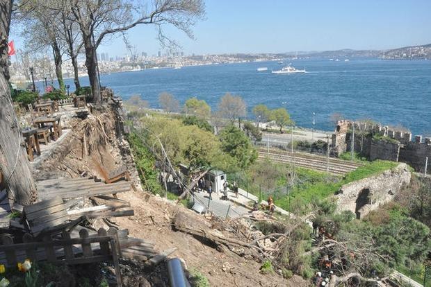 В Стамбуле обрушилась стена в парке, есть погибшие