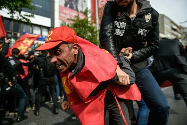 В Стамбуле полиция применила слезоточивый газ против демонстрантов