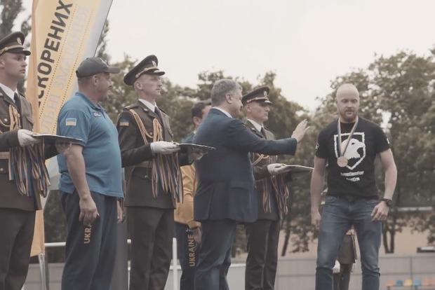 Ветеран Азова пояснив, навіщо демонстративно не потиснув руку президенту