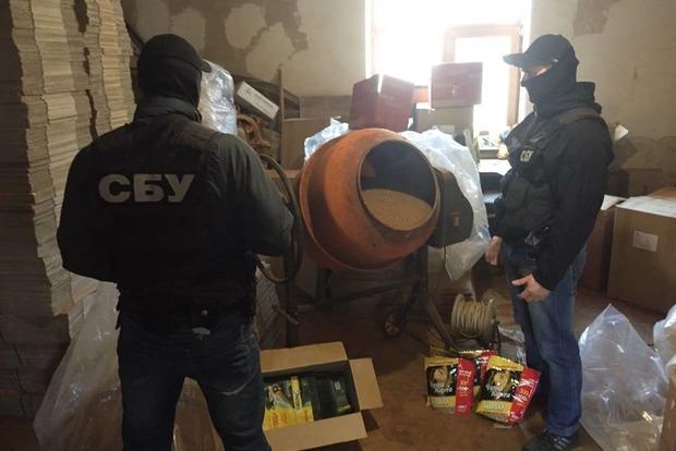 В Киевской области дельцы бетономешалкой подделывали тонны кофе элитных марок