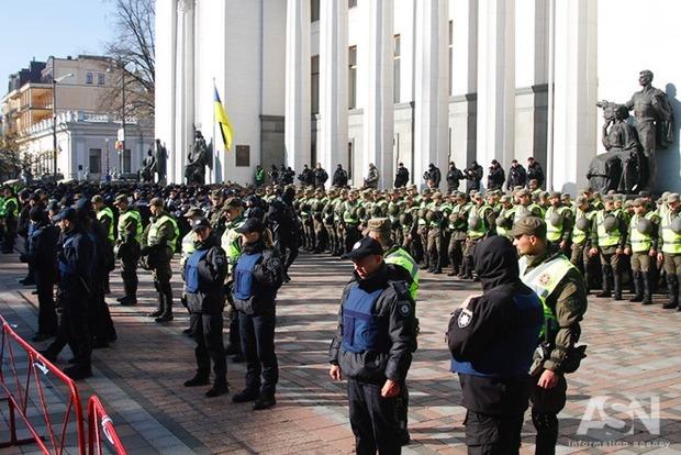 У митингующих на МихоМайдане изъяли огнестрельное оружие