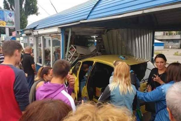 В Киеве автомобиль врезался в остановку транспорта: опубликованы фото