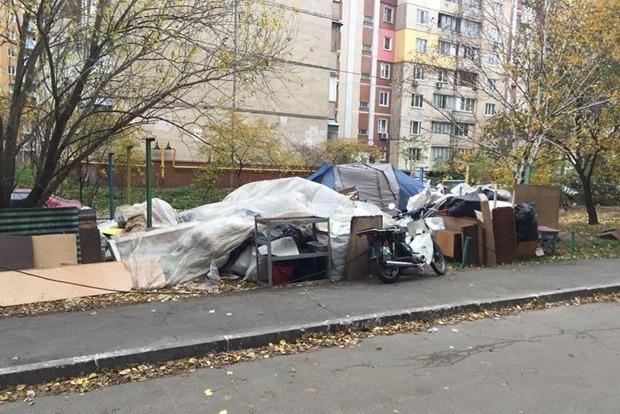 Аваков, помоги! Выброшенная на улицу рейдерами семья живет в палатке во дворе