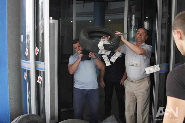 Молоді ляшковці принесли Новаку шини в Укравтодор