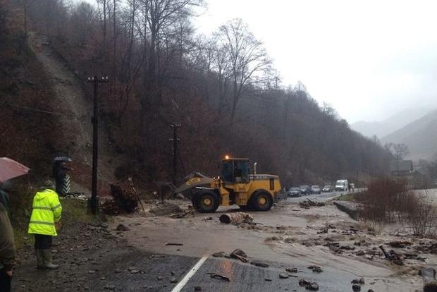 На Закарпатье сильный ливень повредил опоры мостов