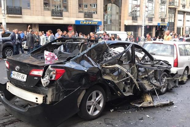 На Бессарабке в Киеве взорвался автомобиль, водитель погиб, ранена женщина