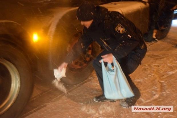 Боротьба з ожеледицею по-українськи: водії фур самі купують сіль і сиплють під колеса