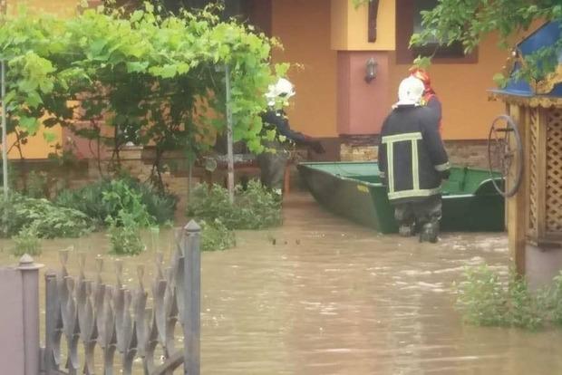 Прорыв дамбы в Черновицкой области: вода затапливает дворы и дома буковинцев - видео