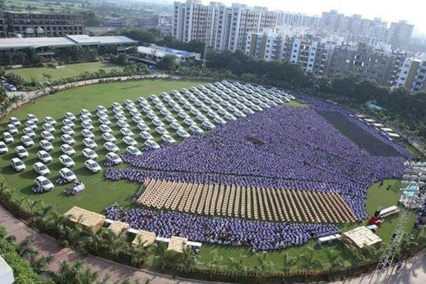 Индийский миллиардер подарил своим подчиненным 1260 автомобилей и 400 квартир