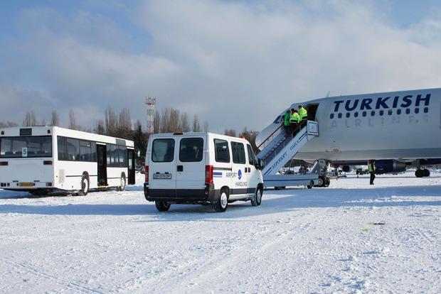 Снегопад в Одессе парализовал аэропорт