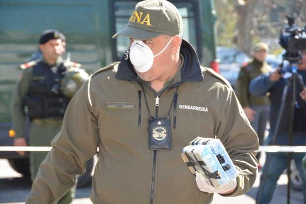 На глазах у дипломата: в Аргентине уничтожили найденные в посольстве РФ 400 кг кокаина