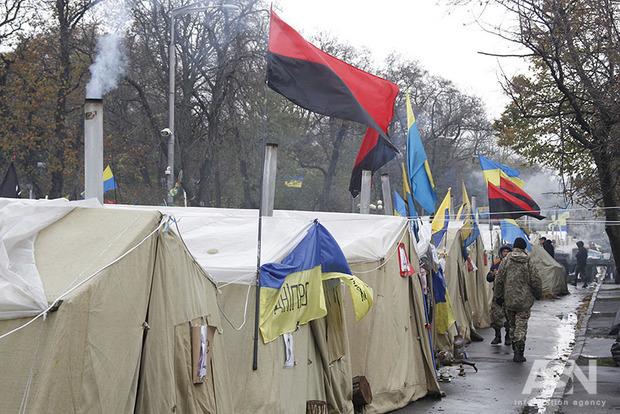 Палаточный городок под Радой зачистят до конца дня. Периметр уже оцеплен