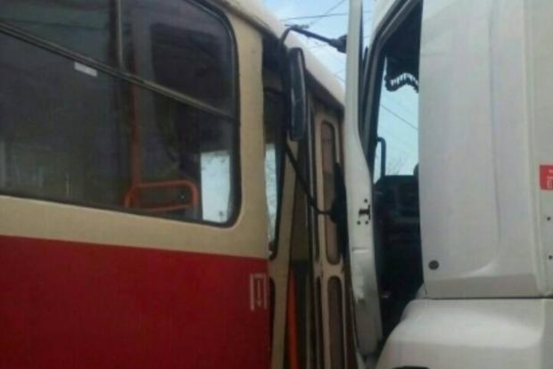 В Киеве грузовик врезался в трамвай