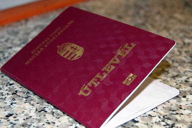 Угорщина роздала на Закарпатті більше 100 тис. паспортів - ЗМІ