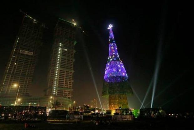 На Шри-Ланке установили самую большую искусственную елку в мире