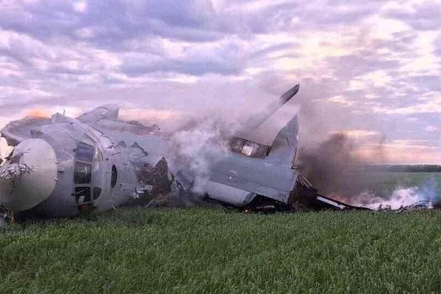 Опубликованы первые фото с места крушения самолета с военными в РФ