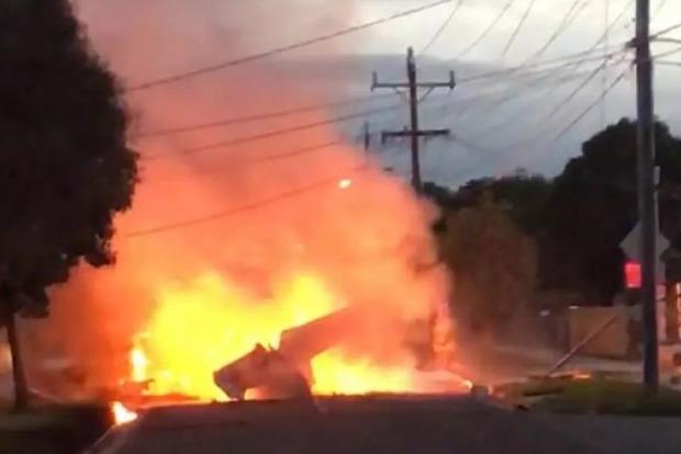В Австралії палаючий літак упав прямо посеред дороги. Відео