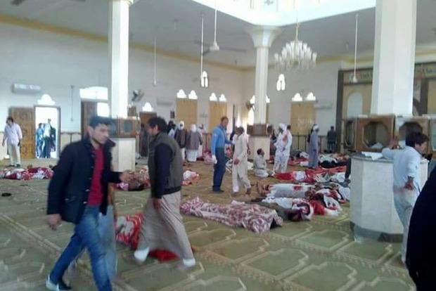 Взрывы и стрельба в мечети: более 50 человек погибли