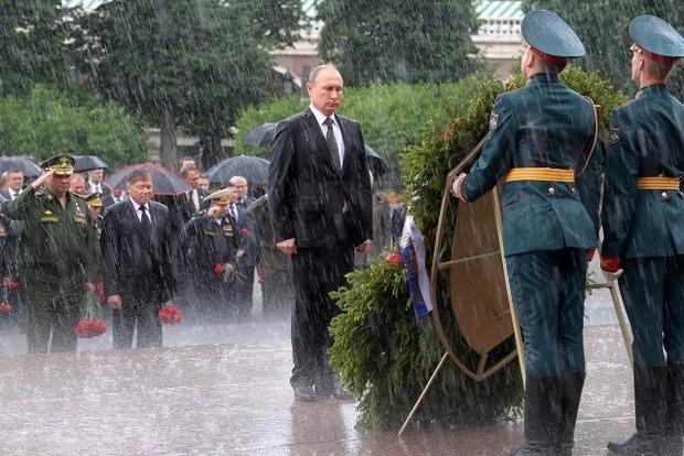 Мокрый Путин и венок. Украинцы вспоминают golden collection с Януковичем