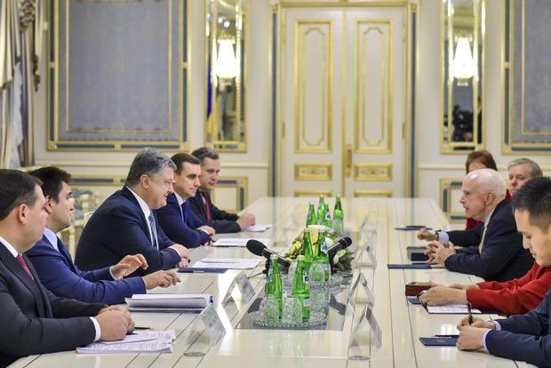 Порошенко пригласил американских сенаторов на Донбасс