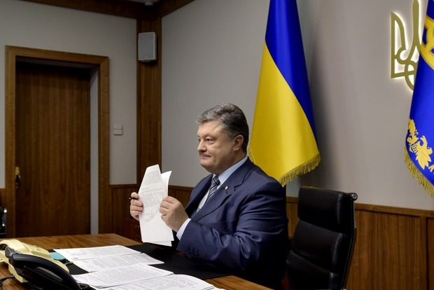 Порошенко подписал закон, позволяющий направить на восстановление Донбасса три миллиарда гривен