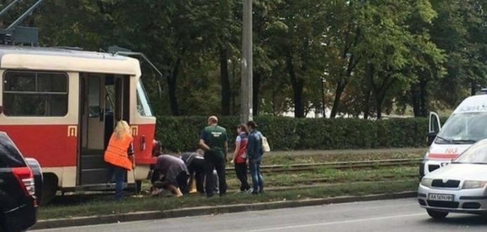 Трамвай переїхав чоловіка біля парку в Києві