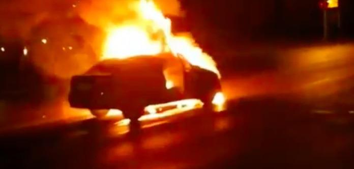 Іномарка з людьми загорілася посеред дороги в Києві
