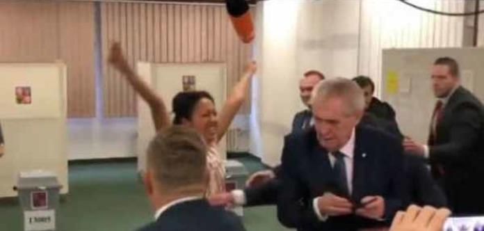 Гола Femen, яка напала на президента Чехії, назвалася журналісткою УП