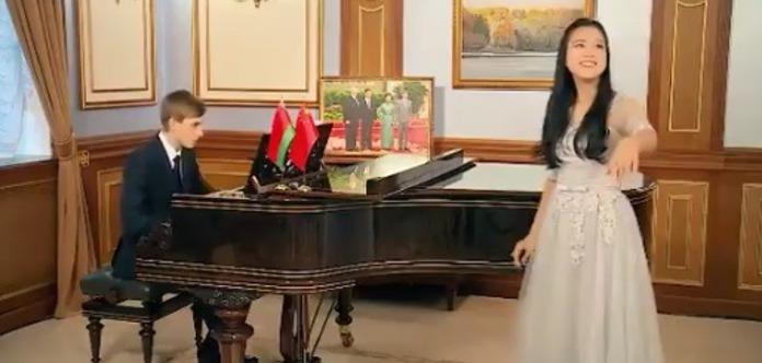 Сын Лукашенко сыграл на рояле и поздравил китайцев с Новым годом