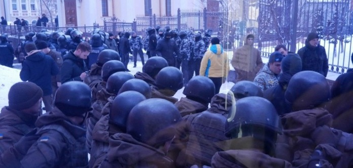 Во дворе суда по Труханову произошла потасовка. Полицейский получил ранение