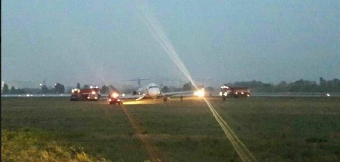 В Жулянах самолет с пассажирами слетел с полосы и сел на брюхо
