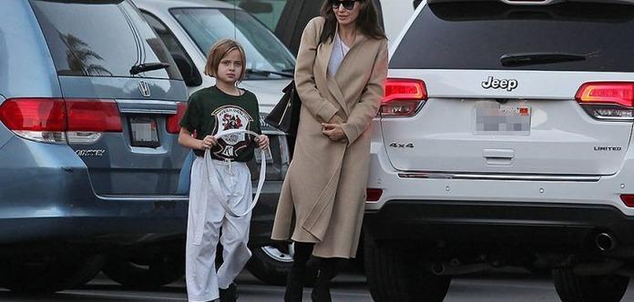 Анджеліна Джолі сама водить доньку на карате